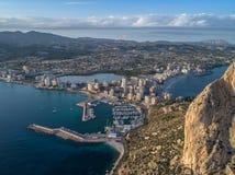 Flygbild av den costal staden med siktspunkt från Peñonen de Ifach Prety sommarsolnedgång Calpe Alicante landskap, Spanien 4 arkivbilder
