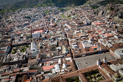 Flygbild av den gamla koloniala staden i Quito Royaltyfria Foton