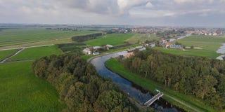 Flygbild av den holländska kanalen och ängar Royaltyfria Bilder