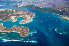 Flygbild av den Pulau Serangan (sköldpaddaön) och Bali ön Arkivbild