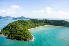 Flygbild av den tropiska ön Royaltyfri Fotografi