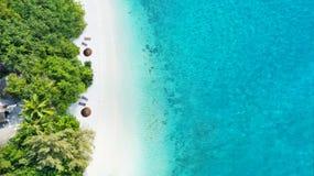 Flygbild av den tropiska Maldiverna stranden på ön royaltyfri bild