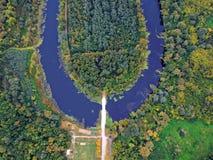 Flygbild av en flod i Ungern royaltyfri fotografi