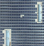 Flygbild av en stor korridorbäverskinn med sol- enheter, specificerad sikt från fågel`-s-öga sikten Royaltyfri Bild