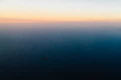 Flygbild av havsolnedgången Royaltyfri Bild