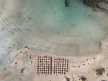 Flygbild av karibiskt som stranden med turkosvatten och rosa sand arkivbilder