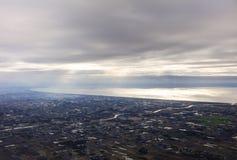 Flygbild av landskapet och den Japan kusten runt om den Tokyo fjärden som hela vägen sträcker till horisonten under soluppgången Royaltyfria Foton