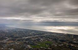 Flygbild av landskapet och den Japan kusten runt om den Tokyo fjärden som hela vägen sträcker till horisonten under soluppgången Royaltyfri Foto