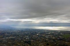 Flygbild av landskapet och den Japan kusten runt om den Tokyo fjärden som hela vägen sträcker till horisonten under soluppgången Royaltyfria Bilder