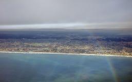 Flygbild av landskapet och den Japan kusten runt om den Tokyo fjärden som hela vägen sträcker till horisonten under regnbågen Arkivbilder