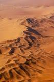 Flygbild av röda sanddyner i den Namib öknen Royaltyfri Foto