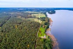 Flygbild av skogen och sjön Royaltyfri Fotografi