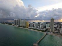 Flygbild av Sunny Isles Beach och pir Arkivbild