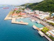 Flygbild av Uturoa, franska Polynesien: Stadsmitt, porthamn och färjor till Tahaa Raiatea läsida-/samhälleöar, royaltyfri fotografi