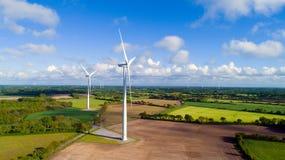 Flygbild av vindturbiner i ett fält royaltyfri foto