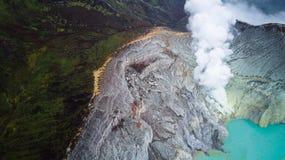 Flygbild av vulkan Ijen i East Java, Indonesien Acidic kratersjö med sulphuric vatten för turkos arkivbild