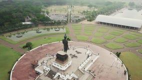 Flygbilder flyg- sikt av statyer av buddha på Wat Thipsukhontharam, det Kanchanaburi landskapet, Thailand, den Phra Buddha Metta, arkivfilmer