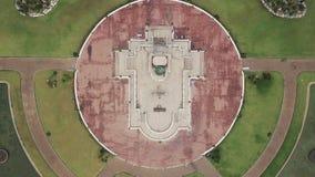 Flygbilder flyg- sikt av statyer av buddha på Wat Thipsukhontharam, det Kanchanaburi landskapet, Thailand, den Phra Buddha Metta, lager videofilmer