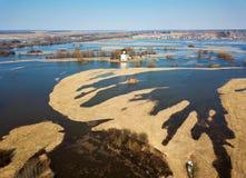 Flygbildkyrka av interventionen på floden Nerl i vårflod kyrklig ryss royaltyfri fotografi
