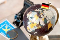 Flygbiljett och tysk flagga på jordklotet royaltyfri fotografi