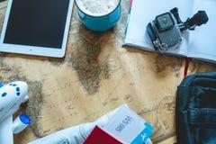 Flygbiljetter, pass, kamera, minnestavla, jeans och ?versikt p? tabellen Samla f?r att en tur eller ett lopp ska m?ta aff?rsf?ret arkivfoton