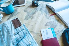 Flygbiljetter, pass, kamera, minnestavla, jeans och ?versikt p? tabellen Samla f?r att en tur eller ett lopp ska m?ta aff?rsf?ret arkivbild
