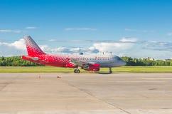 Flygbolag för flygbuss a319 Rossiya, flygplats Pulkovo, Ryssland St Petersburg Juni 2017 royaltyfria bilder
