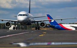 Flygbolag för flygbuss som A320 Lufthansa beskattar på flygplatsen Royaltyfria Bilder