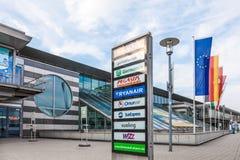 Flygbolag listar på den Dortmund flygplatsen, Tyskland Royaltyfria Foton