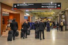 Flygbolagbesättning som går i terminalH på Miami den internationella flygplatsen royaltyfri fotografi