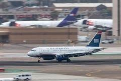 Flygbolagflygbuss A319-132 som ankommer på San Diego International Airport Arkivbilder