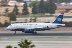 Flygbolagflygbuss A319-132 som ankommer på San Diego International Airport Royaltyfria Bilder