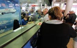 Flygbolagflygplatsskrivbord med kunder Fotografering för Bildbyråer