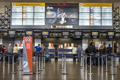 Flygbolagincheckningområde på passagerarterminalen från Governador Franco Montoro International Airport som är bekant som den Cum royaltyfria bilder