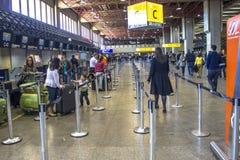 Flygbolagincheckningområde på passagerarterminalen från Governador Franco Montoro International Airport som är bekant som den Cum royaltyfri fotografi