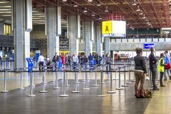 Flygbolagincheckningområde på passagerarterminalen från Governador Franco Montoro International Airport som är bekant som den Cum royaltyfri foto