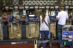 Flygbolagincheckningområde på passagerarterminalen från Governador Franco Montoro International Airport som är bekant som den Cum arkivbilder