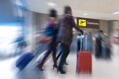 Flygbolagpassagerare i en flygplats arkivfoto