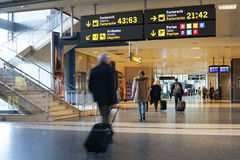 Flygbolagpassagerare i flygplatsen Royaltyfri Bild