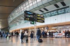 Flygbolagpassagerare i flygplatsen Arkivbilder