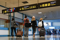 Flygbolagpassagerare inom Valencia Airport Arkivbilder