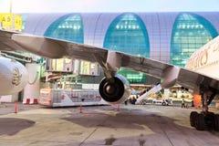 Flygbuss a380 i den Dubai flygplatsen Royaltyfria Bilder