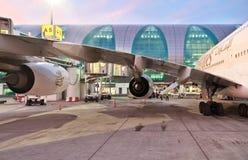 Flygbuss a380 i den Dubai flygplatsen Fotografering för Bildbyråer