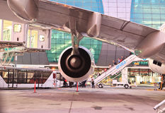 Flygbuss a380 i den Dubai flygplatsen Royaltyfri Fotografi