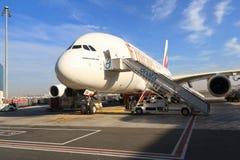 Flygbuss a380 i den Dubai flygplatsen Arkivfoton