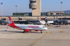 Flygbuss A320 av Air Berlin som åker taxi i den Zurich flygplatsen Fotografering för Bildbyråer
