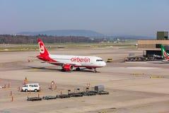 Flygbuss A320-214 av Air Berlin som åker taxi på den Zurich flygplatsen Royaltyfri Fotografi