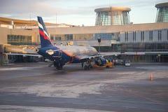 Flygbuss A320 av det Aeroflot flygbolaget på service på den Pulkovo flygplatsen på en vinterafton Arkivbild