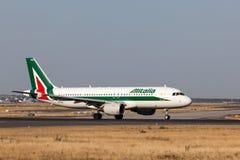 Flygbuss A320 av det Alitalia flygbolaget Arkivbilder