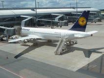 Flygbuss A320-214 av Lufthansa i Prague Arkivbilder